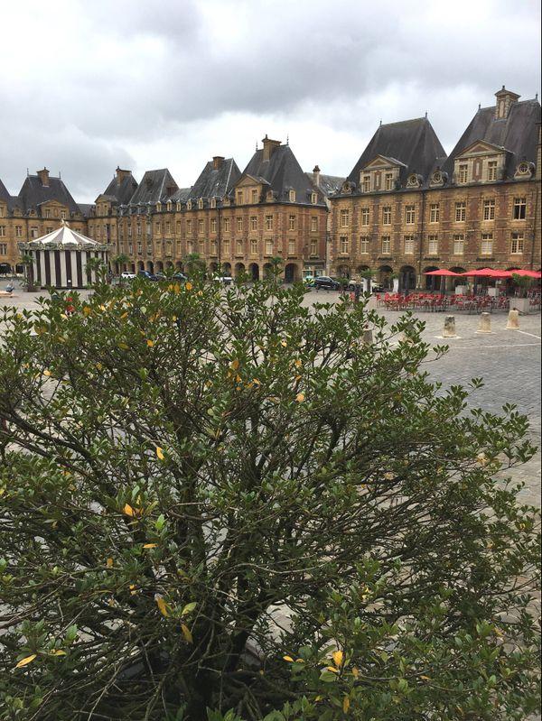 La place Ducale reprend des couleurs loin du tumulte des automobilistes, l'idée d'en limiter les voitures est à l'étude