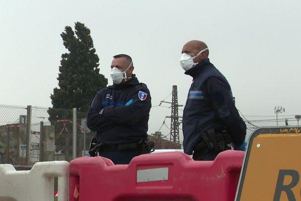Des policiers municipaux contrôlent les entrées de Sète en ce week-end de Pâques.