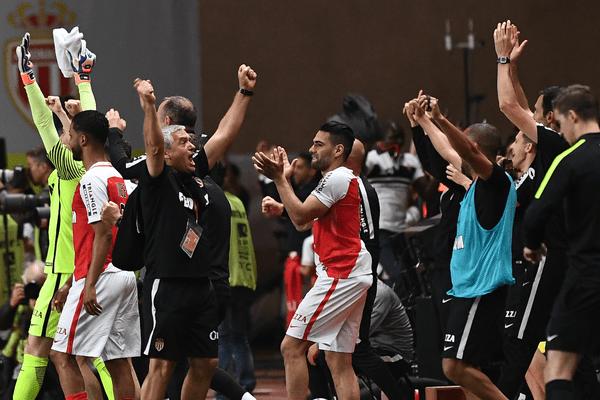 Les Monégasques fêtent leur titre acquis après leur victoire 2-0 face à Saint-Etienne
