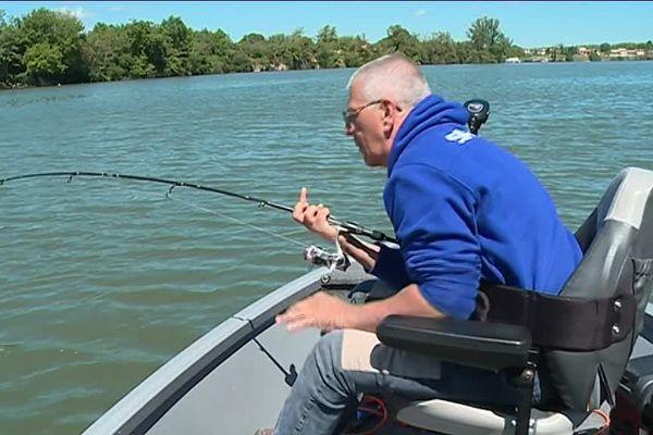 Olivier, tétraplégique sur terre, retrouve sa mobilité lors de ses parties du pêche sur le Tarn
