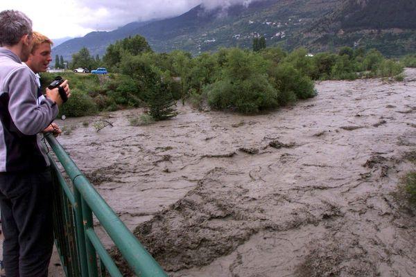 Des inondation fréquentes touchent le département des Hautes-Alpes. Ici dans la vallée du Queyras en 2000.