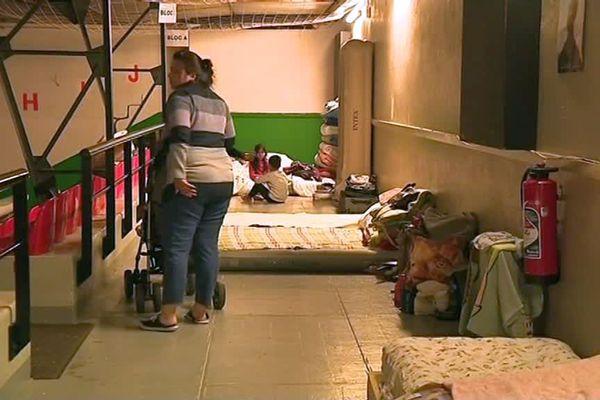 Plusieurs familles dorment sur des matelas posés à même le sol de la salle Beaufils à Saint-Lô.