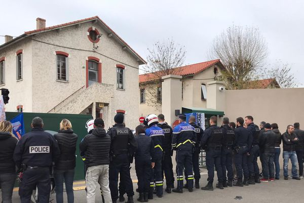 Une quarantaine de policier ont manifesté vers midi devant la caserne Auvare à l'appel de l'intersyndical Alliance et Unité SGP police.