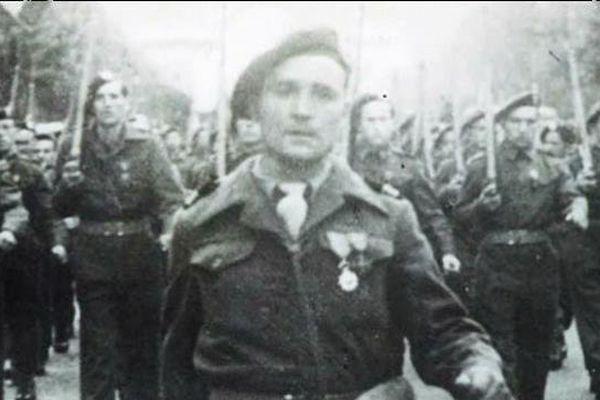 Le commandant Lofi défile sur les Champs-Elysées à la libération