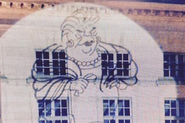 Projection des dessins de Cabu sur la façade de l'Hôtel de Ville.
