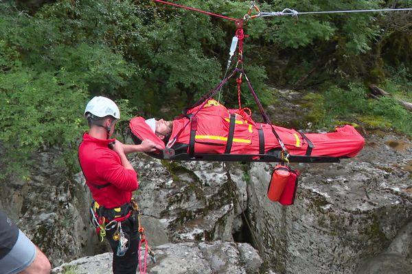 Les pompiers de l'Ain ont procédé a un exercice de sauvetage à la cascade de Cerveyrieu, simulant un accident de canyoning.