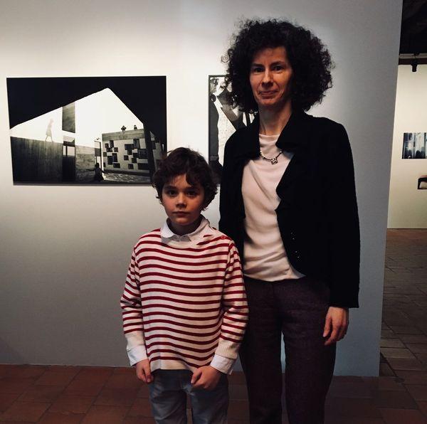 Imola Gebauer, commissaire de l'exposition et Gabriel, 8 ans