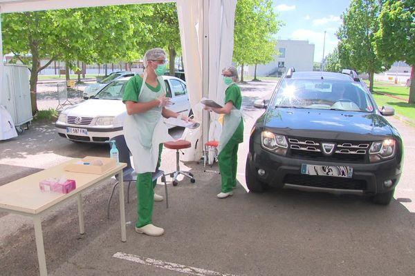 """Le CHU de Dijon a installé un """"drive"""" pour pratiquer des tests de dépistage de coronavirus Covid- 19"""