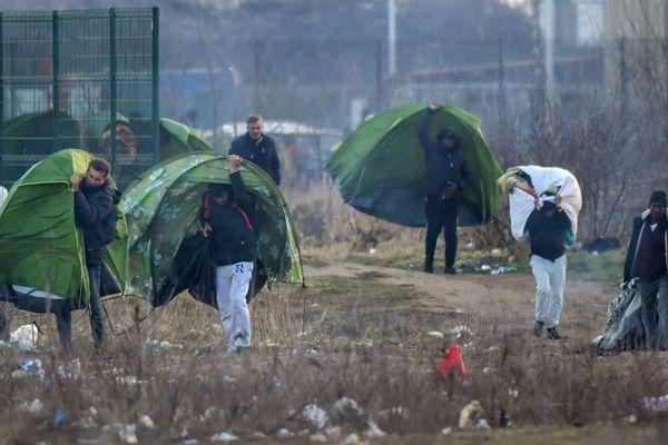 Des migrants délogés d'un campement par la police à Calais en février dernier.
