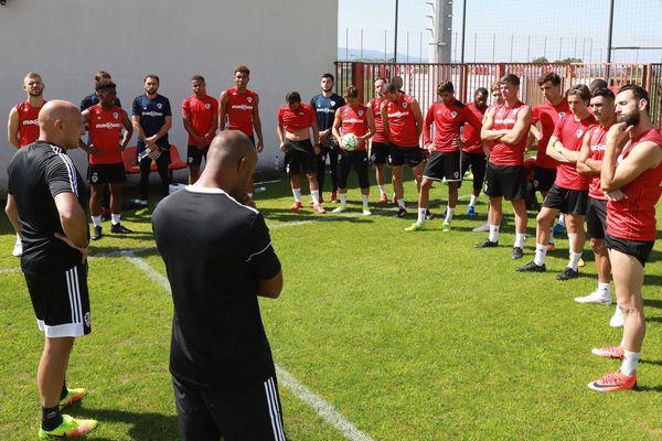 L'AC Ajaccio devra encore attendre deux semaines pour savoir si le club est maintenu en ligue 2 la saison prochaine.