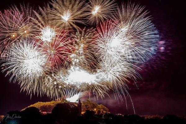 Explosion de couleurs dans le ciel surplombant le centre-ville de Lichtenberg.