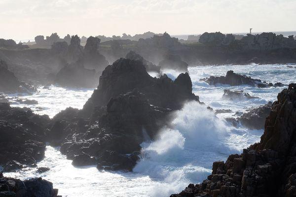 Les cotes ouessantines battues par la mer et le vent