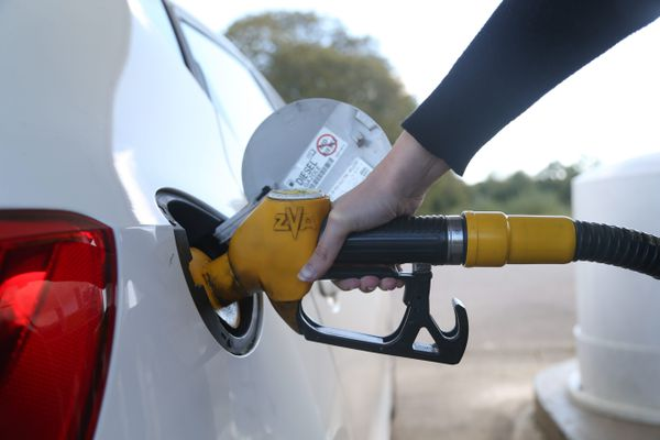 Dans cette flambée des prix, la France offre un gazole à la pompe plus abordable que la Belgique, mais son essence est un peu plus chère.