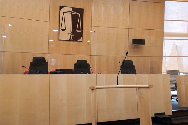 Le tribunal officie derrière des vitres à la cité judiciaire de Rennes