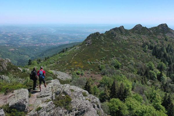 La crête des Trois Dents, (1 213 m) dans le massif du Pilat