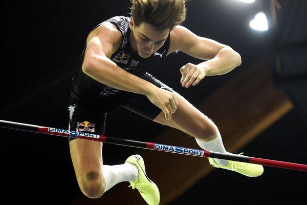 Duplantis en train de tenter de battre le record du monde à la perche, à Liévin ce 19 février 2020.