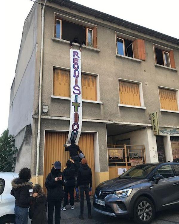 Les manifestants, après s'être rassemblés devant la Mairie de Villeurbanne, se sont rendus devant ce squat, non loin de la mairie.