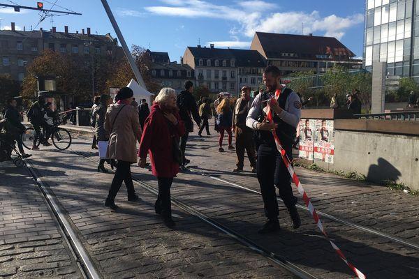 Un policier replie le ruban qui a interdit l'accès aux Halles pendant plusieurs heures à cause d'une fausse alerte à la bombe, le 16.10.19