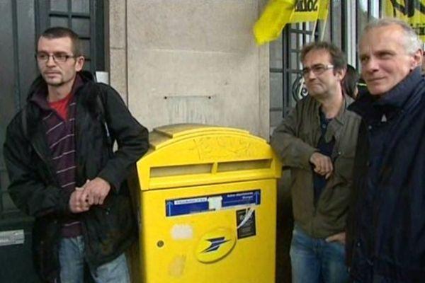 Plusieurs dizaines de postiers étaient rassemblés ce matin, devant la direction régionale de la Poste, à Rouen.