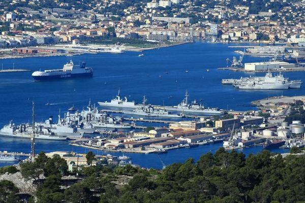 La base navale de Toulon (Var), photographiée depuis le Mont Faron, le 14 mai 2014.