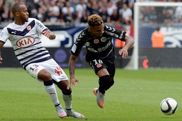 Le girondins Thomas Toure dispute le ballon à Frederic Bulot durant le match de première journée de L1 le 9 août 2015.