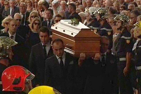 Le cercueil de Christian Bourquin arrive pour l'hommage des membres du gouvernement, des élus et des anonymes.