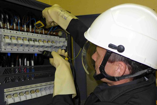 Un technicien d'Orange effectue un diagnostic des lignes coupées après l'incendie du central téléphonique de Conques-sur-Orbiel dans l'Aude - 29/08/2019
