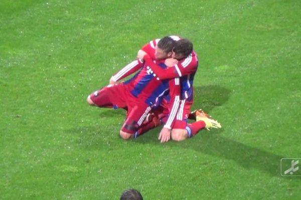 Steven Ribéry célébré après son magnifique retourné acrobatique marqué en 4e division