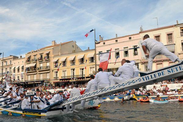 Le tournoi des poids lourds, finale des joutes de Sète le 25 août 2014 sur le canal Royal.