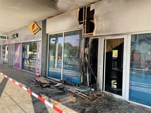 Une poubelle incendiaire a été placée devant la porte de la permanence du député Sacha Houlié. Malgré les dégâts importants, les commerces et habitations autour n'ont pas été touchés grâce à l'intervention rapide des pompiers.