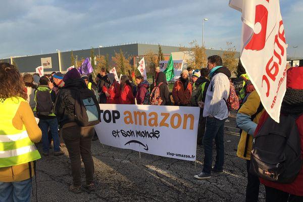 Près de 200 militants devant la plateforme Amazon (Montélimar)