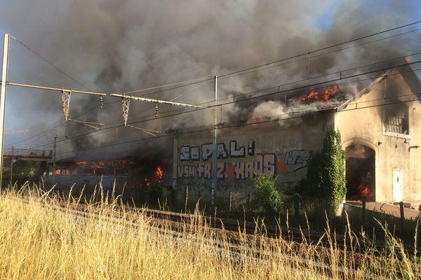 L'entrepôt de peinture a pris feu vers 18h30, vendredi 5 juillet 2019