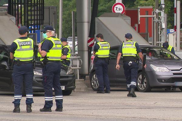 Les douaniers effectuent des contrôles sanitaires renforcés au péage de Biriatou au Pays basque. (29/07/21)