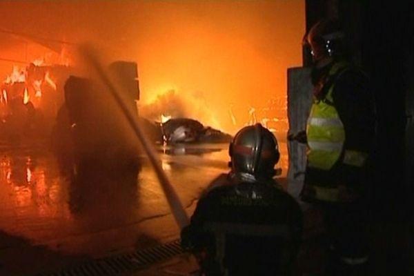 Les pompiers de La Rochelle en intervention pour éteindre le feu dans un hangar
