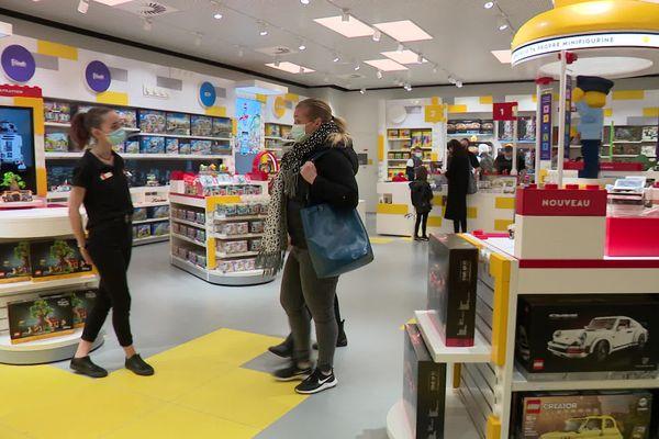 Colorée et bien garnie, la nouvelle boutique Lego attire un public nombreux. Notez le policier géant au fond vers la droite : ce n'est pas une statue, mais un assemblable de centaines de Lego.