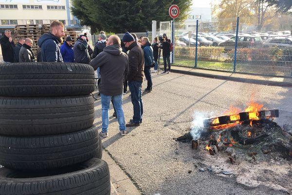Des salariés de Novandie bloquent l'accès à leur entreprise à Maromme ce lundi 19 novembre.