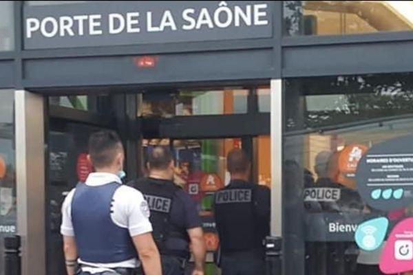 Les forces de police sont intervenues en nombre pour une fausse alerte au braquage à Caluire (Rhône)