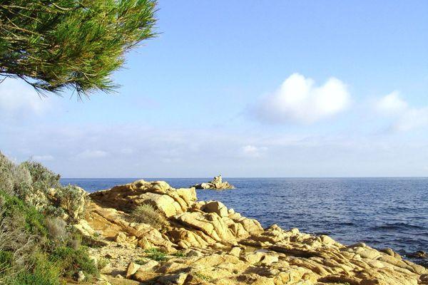 La balade mène à la plage de l'Escalet, où étaient basés les sous-marins.