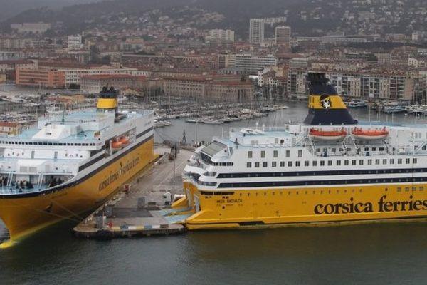 Des navires de la compagnie italienne Corsica Ferries à quai dans le port de commerce de Toulon (Archives)