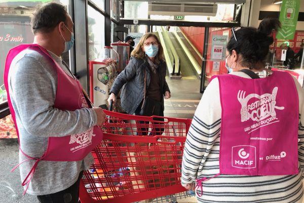 Les Restos du coeur organisent leur grande collecte du 5 au 7 mars. Les bénévoles collectent les denrées dans 43 grandes surfaces des Alpes-Maritimes, comme ici à Villeneuve-Loubet.
