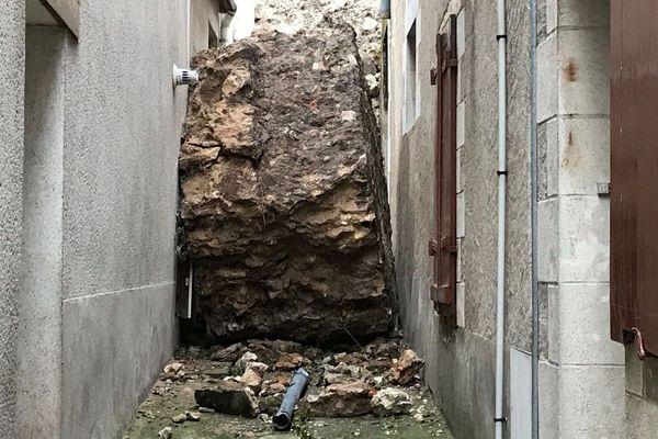 Un morceau de la muraille, de plusieurs tonnes, entourant la forteresse, s'encastre dans une ruelle de Montbazon, en Indre-et-Loire.