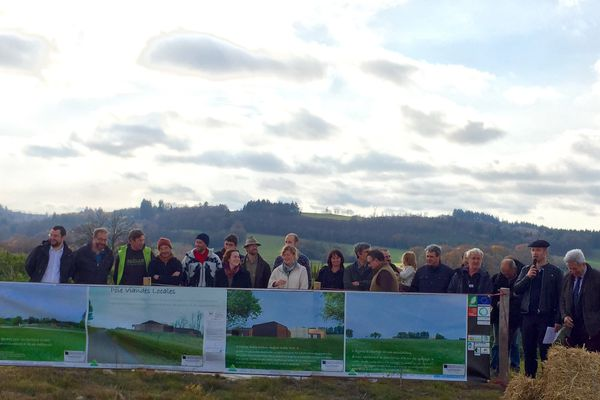 Des éleveurs, actionnaires du Pôle Viandes Locales qui va voir le jour à Bourganeuf, dans la Creuse, assistent à la pose de la première pierre