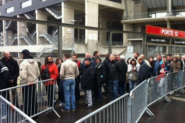 La file d'attente des abonnés du stade Rennais à l'ouverture de la billetterie pour la finale de la Coupe de France