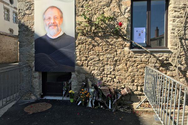 En hommage au père Olivier Maire, des fleurs déposées près de la congrégation des frères montfortains à St Laurent-sur-Sèvre en Vendée