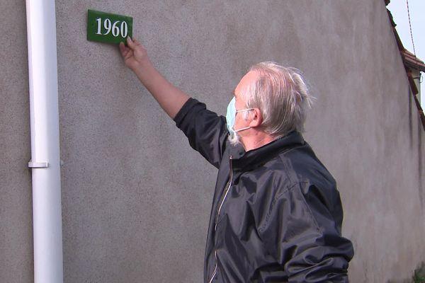 Un habitant de Génelard reçoit son numéro d'habitation : c'est l'adressage