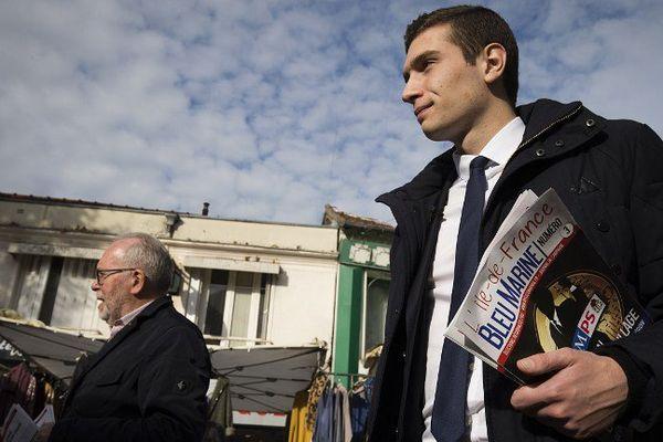 Jordan Bardella, cadre du FN de Seine-Saint-Denis, visite un marché d'Aulnay-sous-Bois (93) avant les Régionales