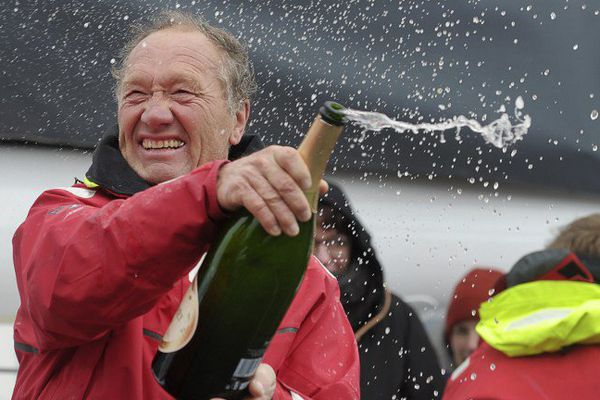 Francis Joyon célèbre son trophée Jules Verne, jeudi 26 janvier 2017.