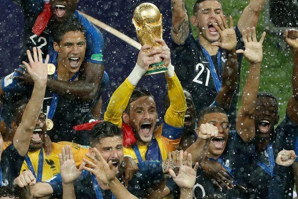 L'équipe de France victorieuse contre la Croatie brandit la Coupe du monde