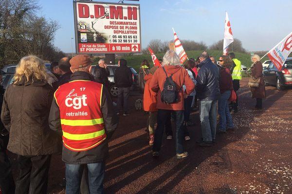 Les manifestants sur le rond-point de Rochefort à Saintes.