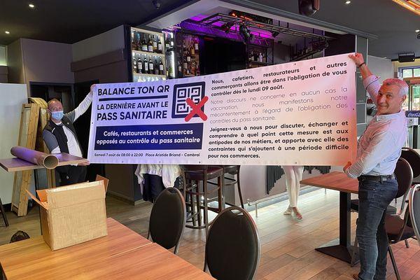 Une soixantaine de restaurateurs de Cambrai protestent contre le contrôle du pass sanitaire ce samedi 7 août.